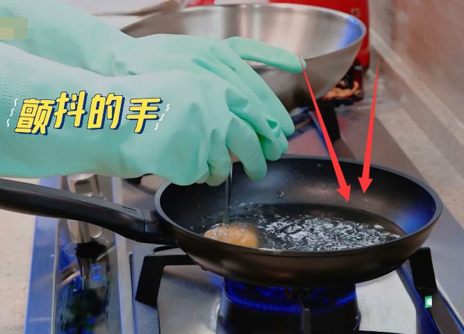 李湘下廚煎雞蛋,當鏡頭拍到鍋裡的油,觀眾:太侮辱智商瞭-圖3