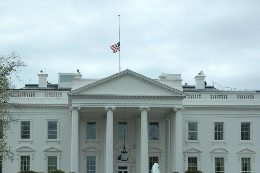 白宮深夜降下半旗!大量美國人悲痛不已,特朗普哀悼後卻暗自竊喜-圖3