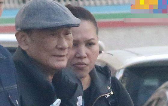 兒子出國後自稱外國人,86歲香港老戲骨生病無法行走,靠女兒照顧-圖3