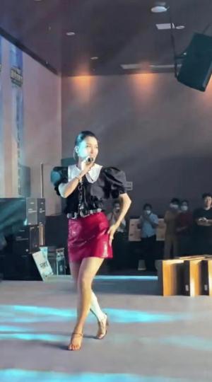 曾經高人氣的42歲女歌星墜落,淪落到商場演出,賣力演唱得不到觀眾的回應-圖2