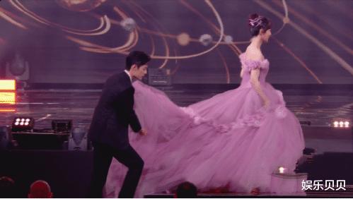 微博之夜看點:賈玲抱肖戰,郎朗拿計算器彈琴,肖戰為楊紫提裙子-圖10