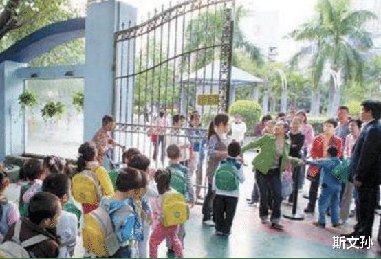 3歲女孩被丟在幼兒園三天沒人接,當老師打開書包後,瞬間紅瞭眼-圖4