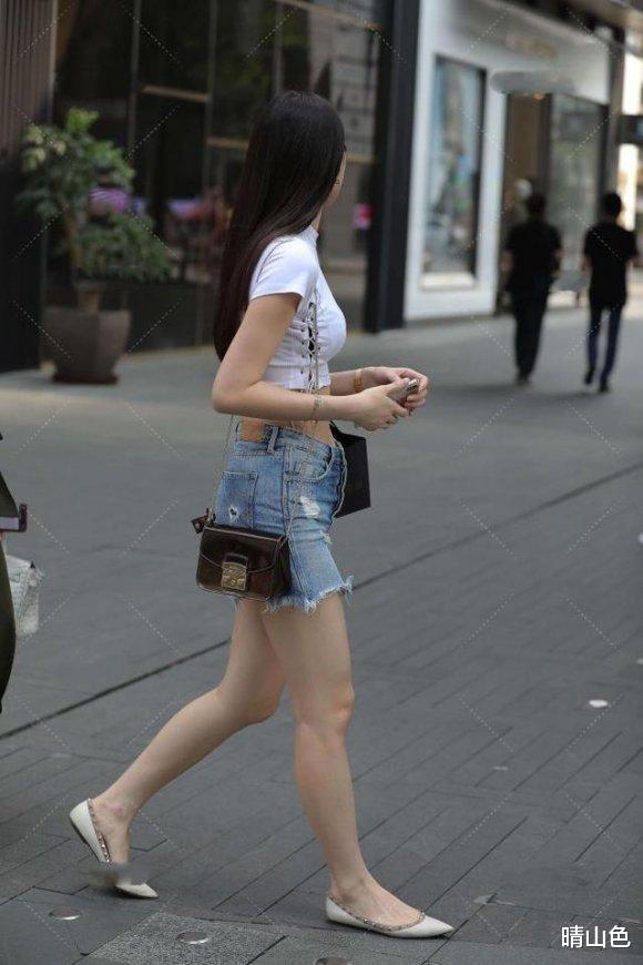 白色露臍衫配牛仔短褲,穿出A4腰大長腿,美的自信又瀟洒
