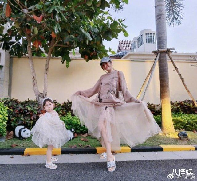 杜若溪曬與女兒度假照,擺同款pose超有范,甜喊小肉肉是閨蜜-圖4