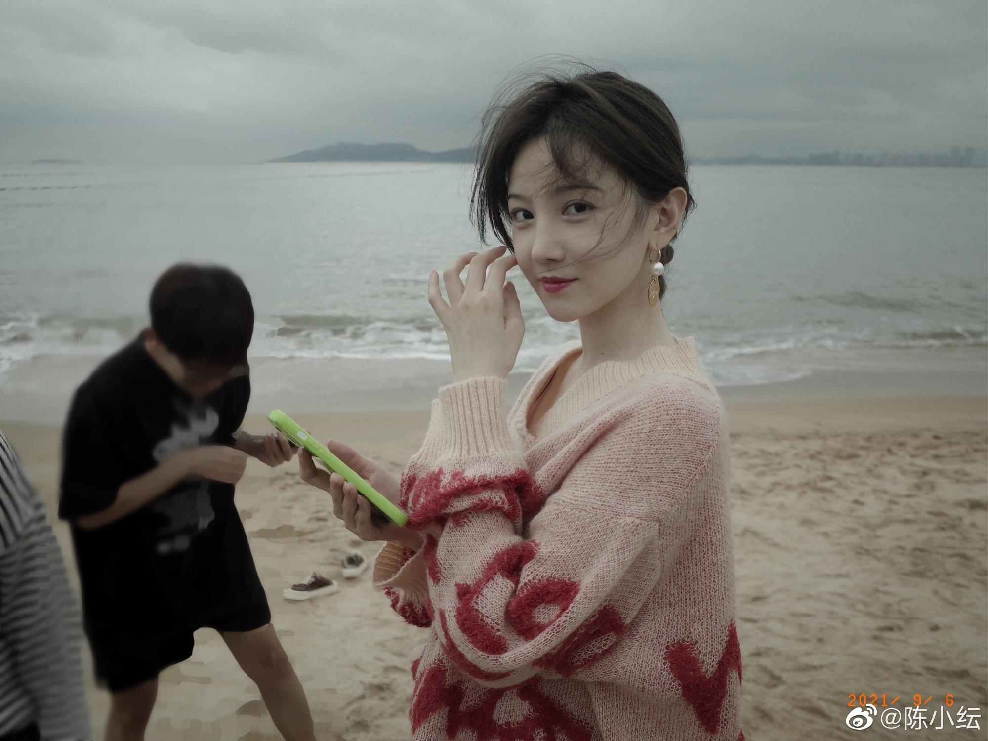陳小紜穿斜肩毛衣在海邊拍寫真,畫風清涼顏值超高,網友:好漂亮-圖4