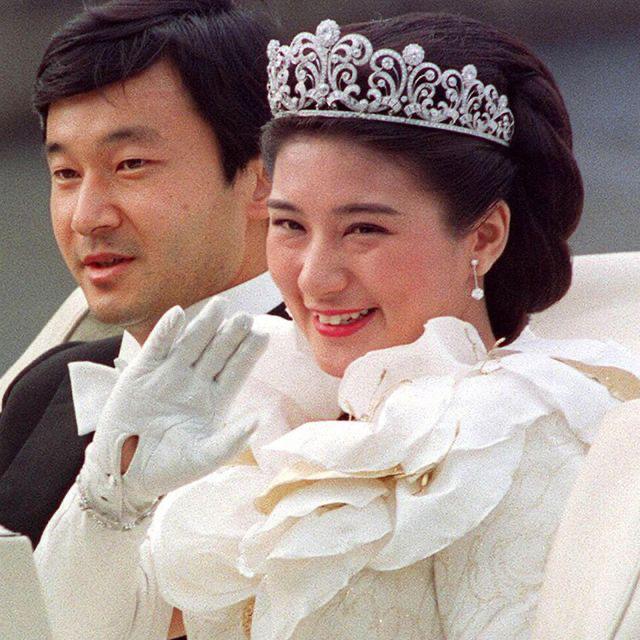 日本57歲雅子皇後眼袋超顯老!與天皇穿情侶裝,黑裙搭灰西裝霸氣-圖2