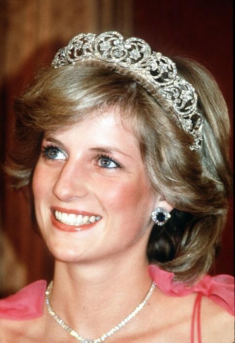 戴安娜結婚時戴娘傢王冠,凱特梅根問女王借,卡米拉二婚啥都沒有-圖10