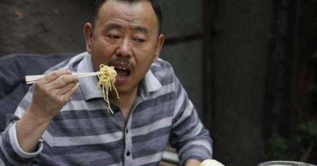 為啥潘長江麵館1碗豬蹄面48元,卻沒人吐槽?看見實物網友閉嘴了