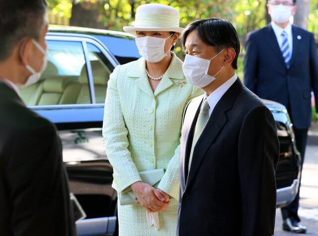 日本57歲雅子皇後眼袋超顯老!與天皇穿情侶裝,黑裙搭灰西裝霸氣-圖7