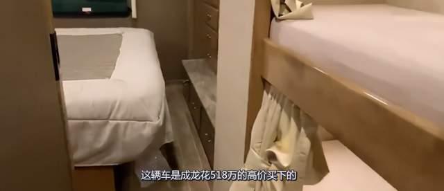 67歲成龍深夜現身酒店,座駕豪華值百萬,步伐不穩身體狀況引擔憂-圖9