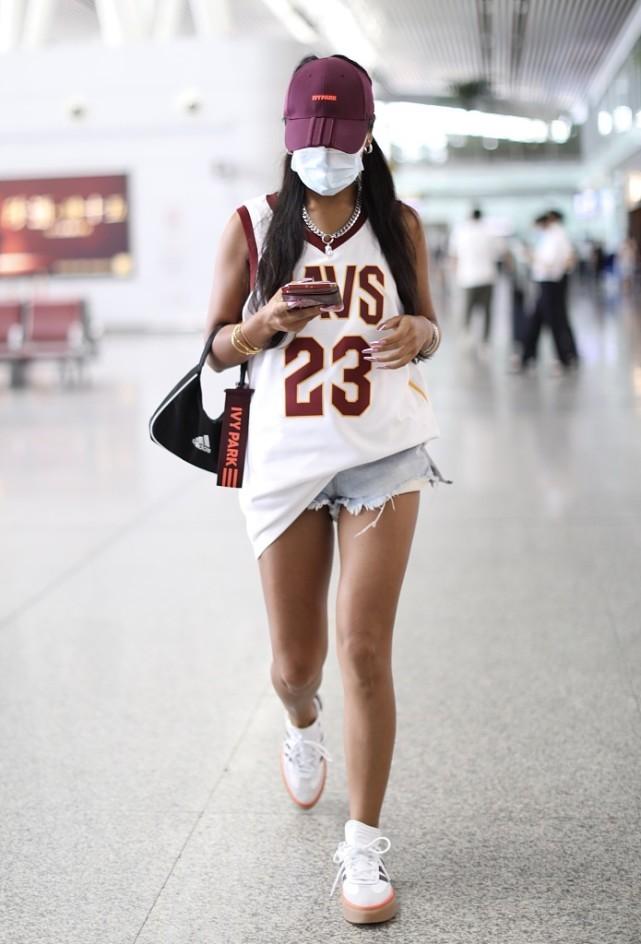 吉克雋逸頂著一頭濕發走機場,塑身衣外穿真有個性,時尚感太強瞭-圖9
