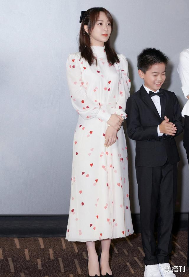 楊紫最新直播造型,一件藍白花色連衣裙活潑可愛,網友:一般好看-圖7
