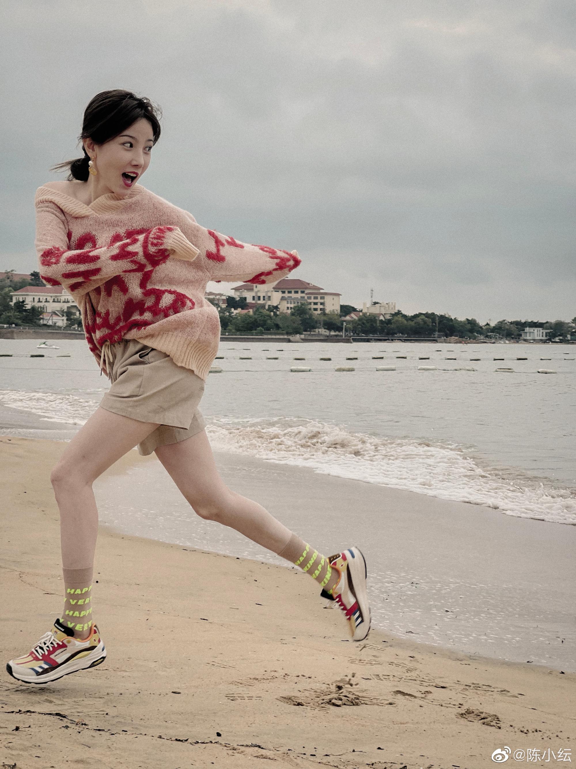陳小紜穿斜肩毛衣在海邊拍寫真,畫風清涼顏值超高,網友:好漂亮-圖3