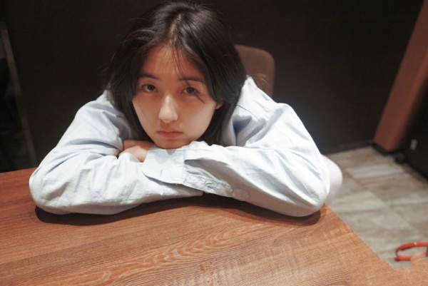 張子楓為何敢素顏錄節目,看到她每晚必喝的東西,貧窮限制瞭想象-圖7