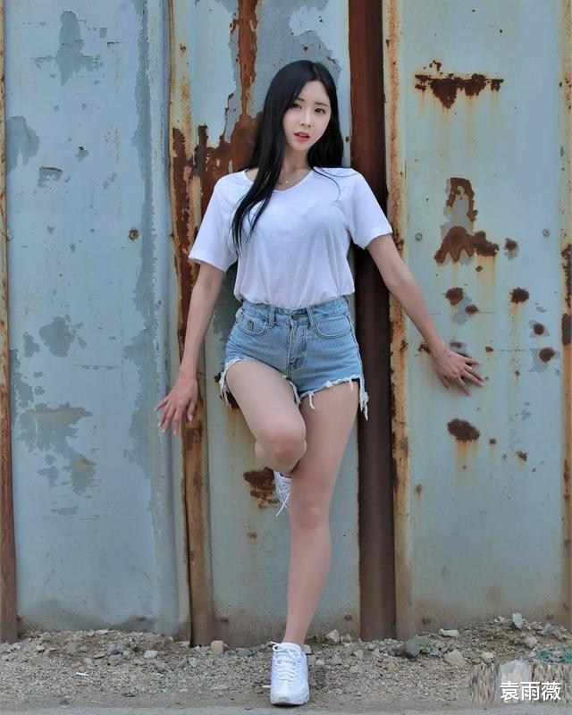 極簡白色T恤衫搭配不規則牛仔短褲,展現清涼時尚感