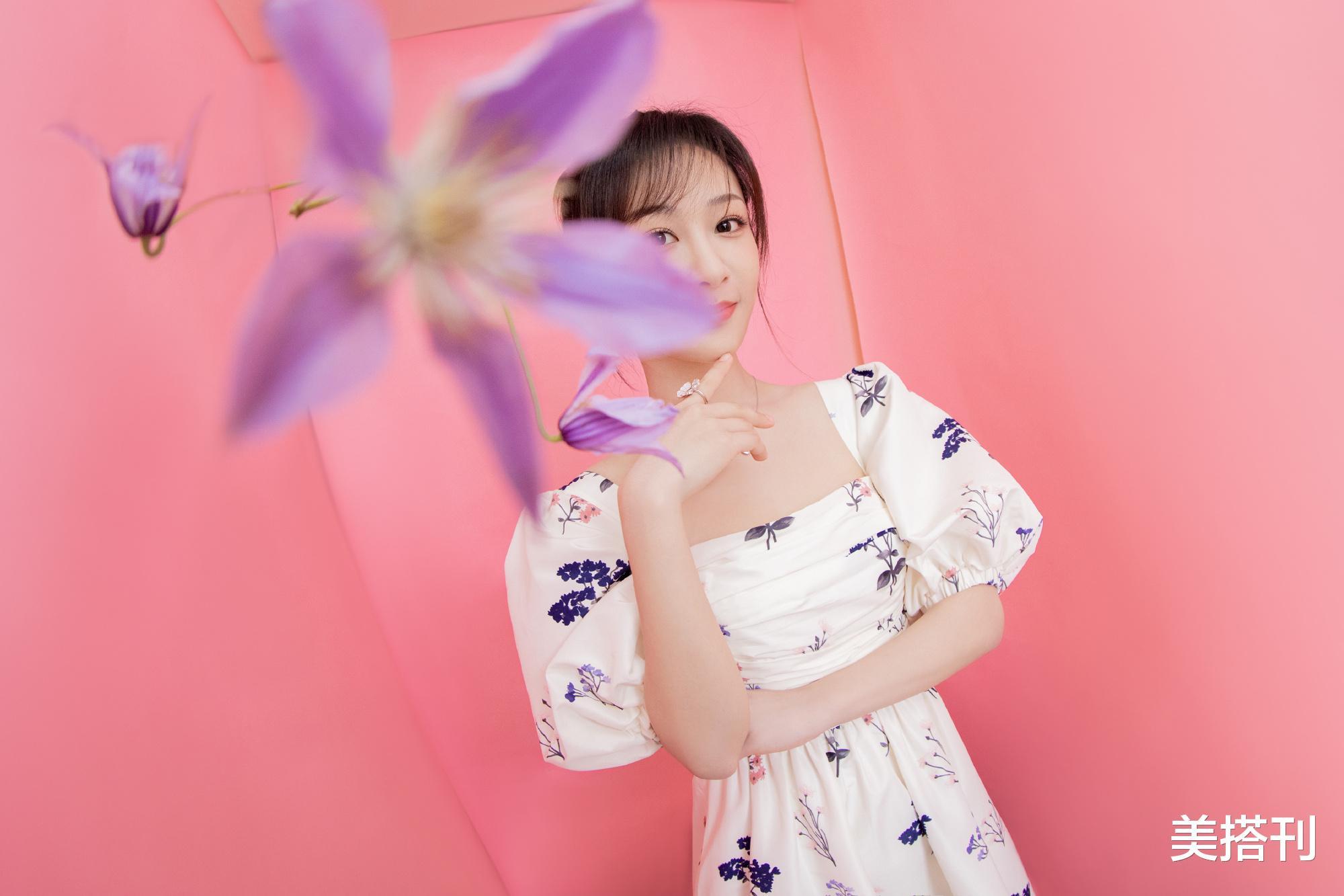 楊紫最新直播造型,一件藍白花色連衣裙活潑可愛,網友:一般好看-圖3