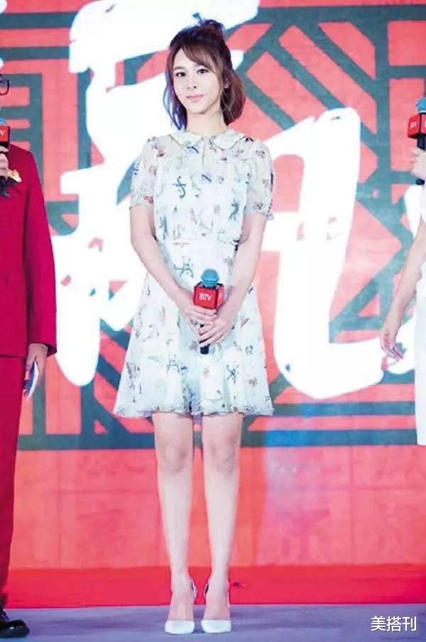 楊紫最新直播造型,一件藍白花色連衣裙活潑可愛,網友:一般好看-圖5