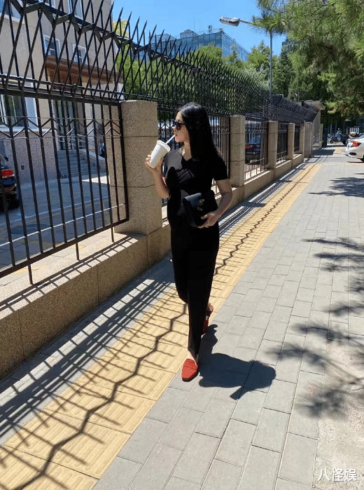 朱珠挺7個月孕肚逛街,孕晚期腳部浮腫穿不進鞋,依舊自信美麗-圖3