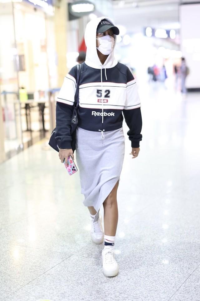 吉克雋逸頂著一頭濕發走機場,塑身衣外穿真有個性,時尚感太強瞭-圖8