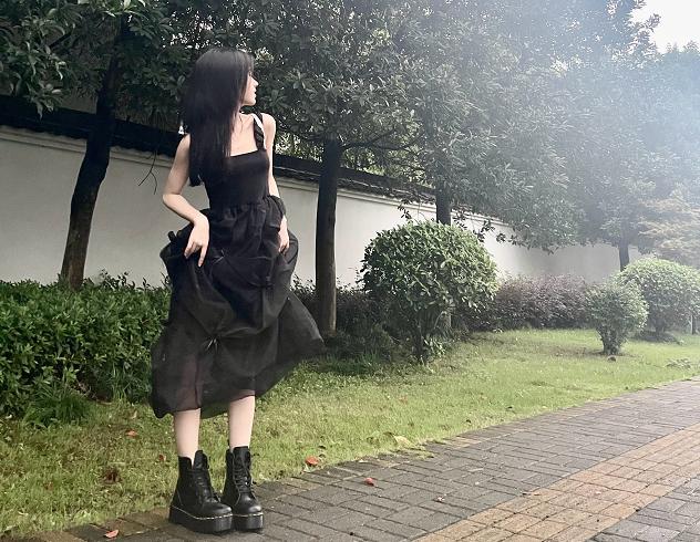 鞠婧禕解鎖新眼妝,恨天高小黑裙出門踩雨,我卻被她的鼻子吸引瞭-圖6