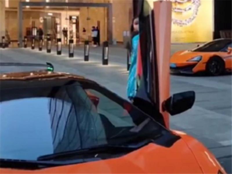 700萬蘭博基尼現大學校園,看到女司機後,網友:這寶貝真好!-圖2