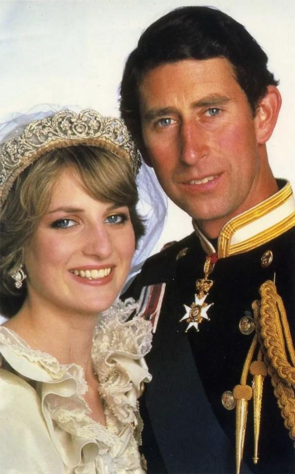 戴安娜結婚時戴娘傢王冠,凱特梅根問女王借,卡米拉二婚啥都沒有-圖8