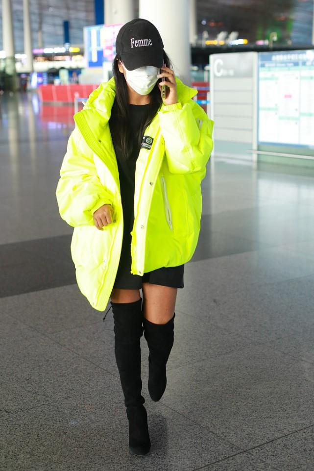 吉克雋逸頂著一頭濕發走機場,塑身衣外穿真有個性,時尚感太強瞭-圖4
