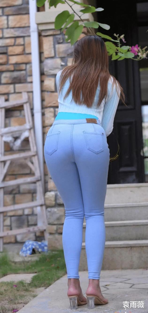 提臀收胯的修身牛仔褲,穿在有腰線的女孩身上非常有氣質