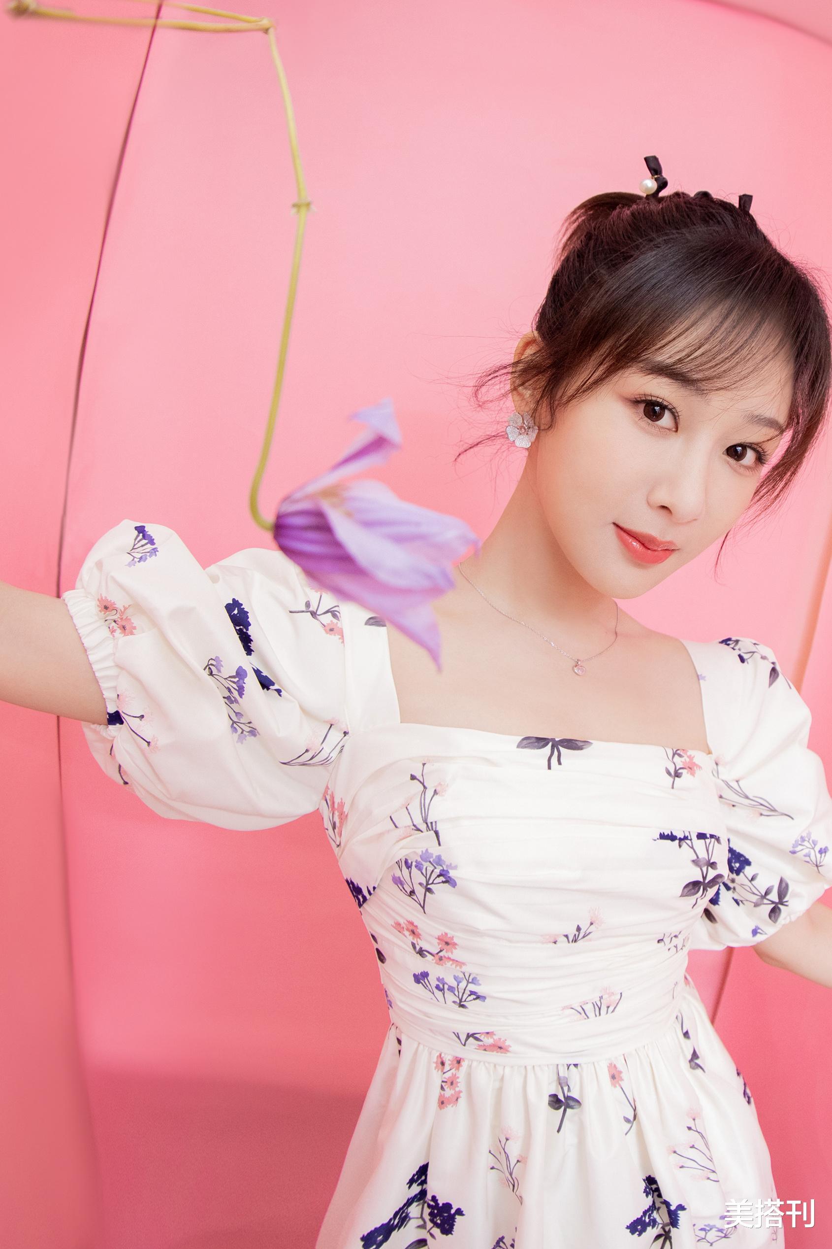 楊紫最新直播造型,一件藍白花色連衣裙活潑可愛,網友:一般好看-圖2