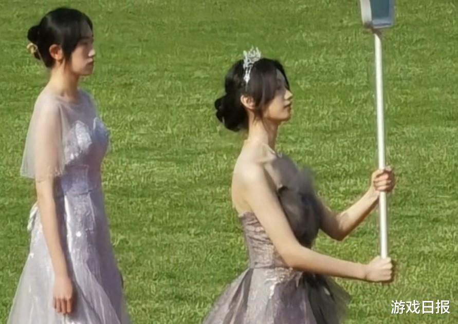 青島大學舉牌校花素顏如何?網友翻出1年前照片:是真的漂亮-圖2