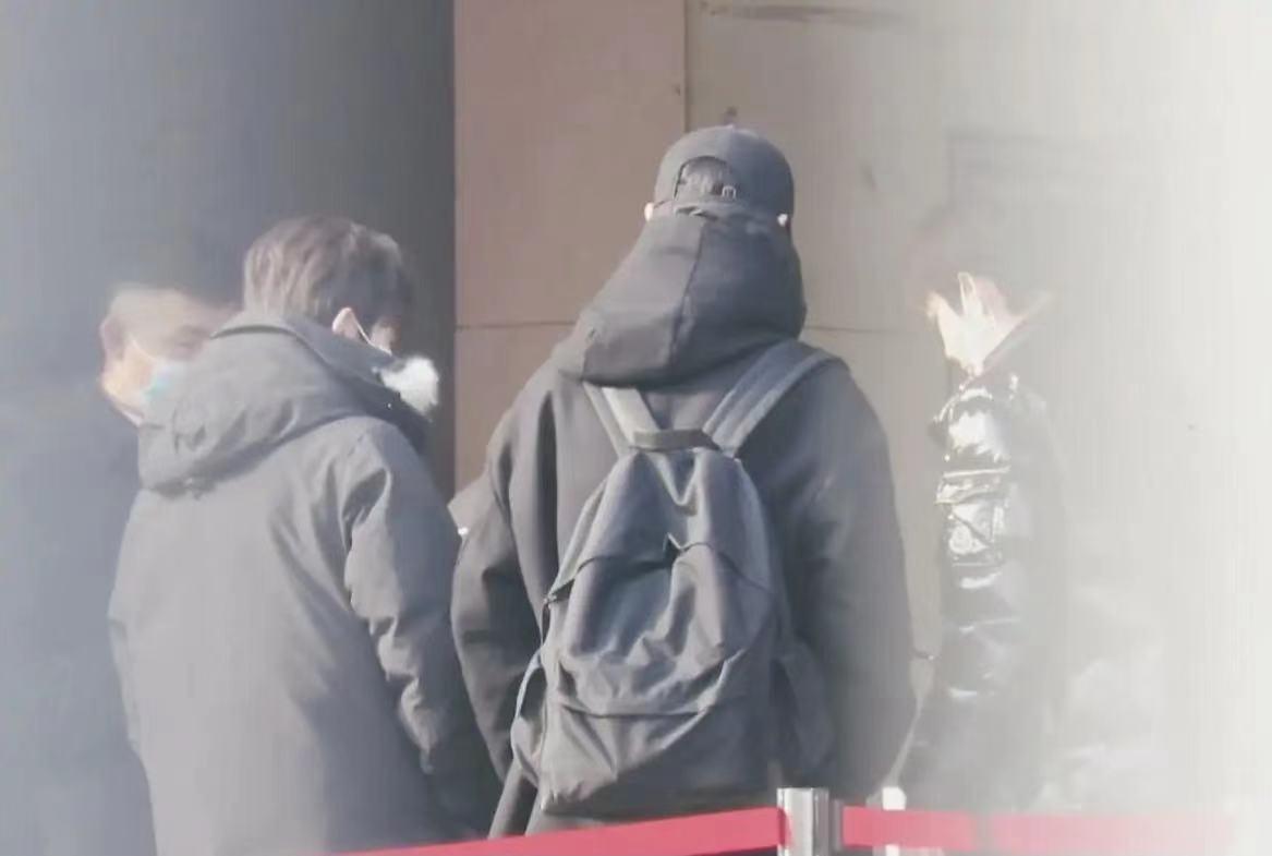 王源回國日常,過人臉識別摘下口罩,旁邊姐姐的眼神成亮點