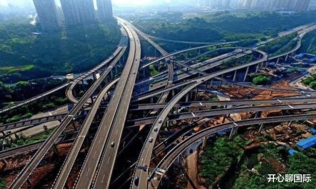 美國姑娘來到中國重慶,剛出機場就懵瞭:你們管這叫大城市?-圖2