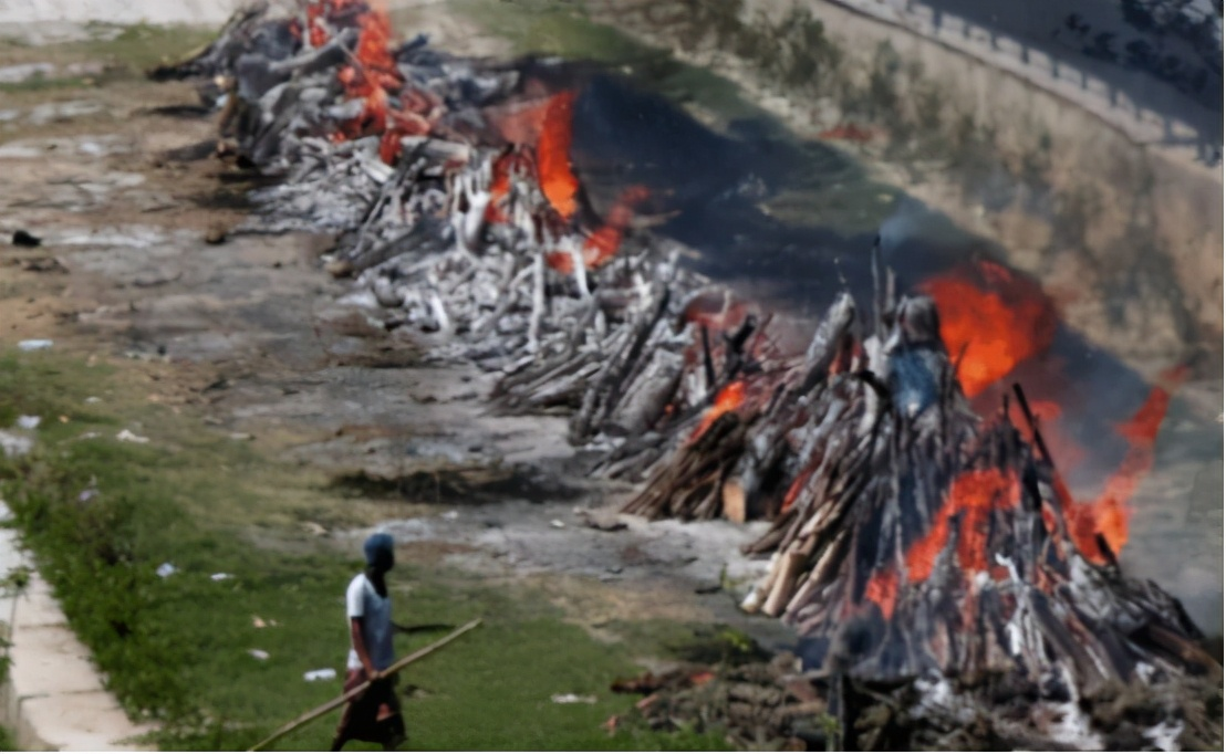 絕望氣息彌漫,印度當街焚燒處理遺體,超級富豪8架私人飛機逃離印度-圖5