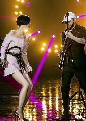 曾落魄去當酒吧駐唱,卻因一首歌走紅,如今身價上億卻從不炫富!