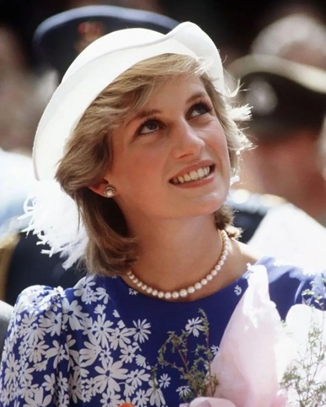 戴安娜結婚時戴娘傢王冠,凱特梅根問女王借,卡米拉二婚啥都沒有-圖4