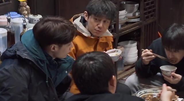 張藝興和楊紫互動友愛,彭彭買輪椅被坐地起價,黃磊拿電鋸讓截肢-圖2