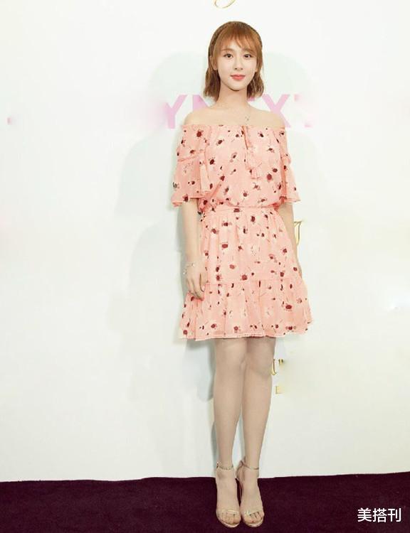 楊紫最新直播造型,一件藍白花色連衣裙活潑可愛,網友:一般好看-圖6