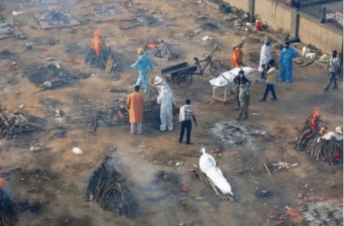 絕望氣息彌漫,印度當街焚燒處理遺體,超級富豪8架私人飛機逃離印度-圖4