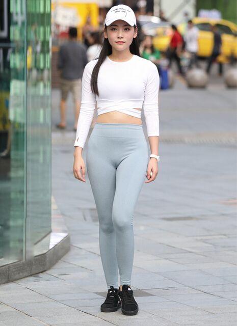 突顯時尚的緊身打底褲美女,秀出修長的腿部