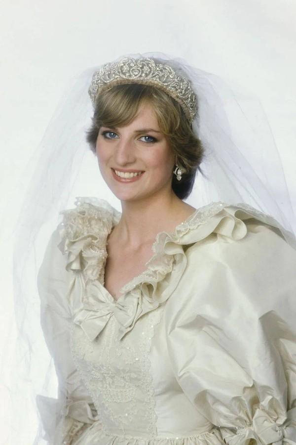 戴安娜結婚時戴娘傢王冠,凱特梅根問女王借,卡米拉二婚啥都沒有-圖5