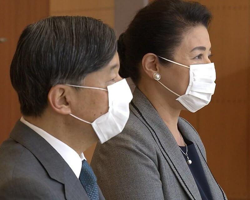 日本57歲雅子皇後眼袋超顯老!與天皇穿情侶裝,黑裙搭灰西裝霸氣-圖5