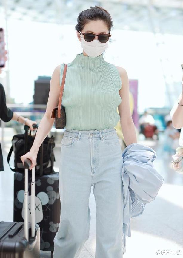 """34歲江疏影現身機場,穿無袖裝松松誇誇,被指""""像大媽""""-圖2"""