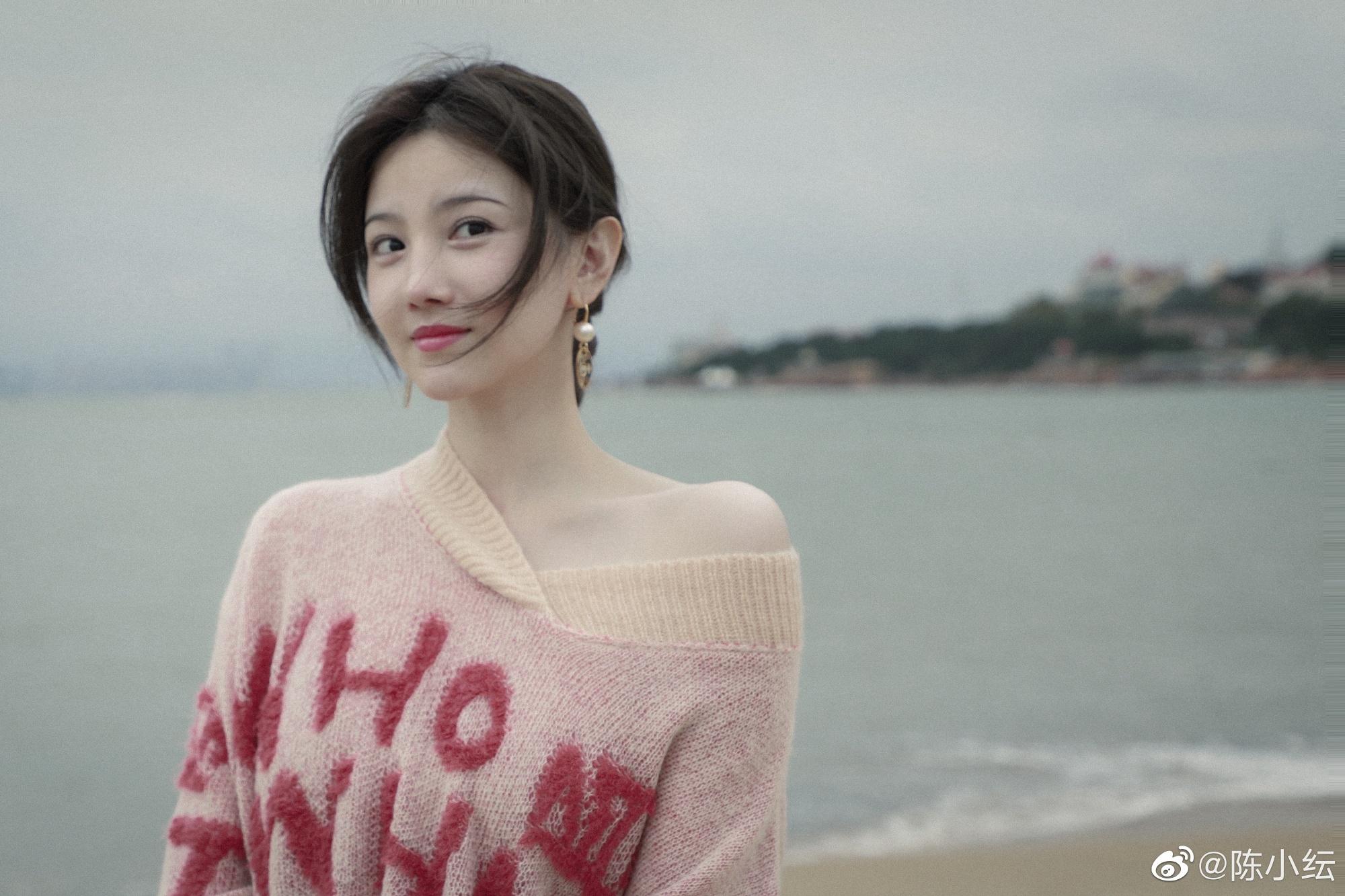 陳小紜穿斜肩毛衣在海邊拍寫真,畫風清涼顏值超高,網友:好漂亮-圖2