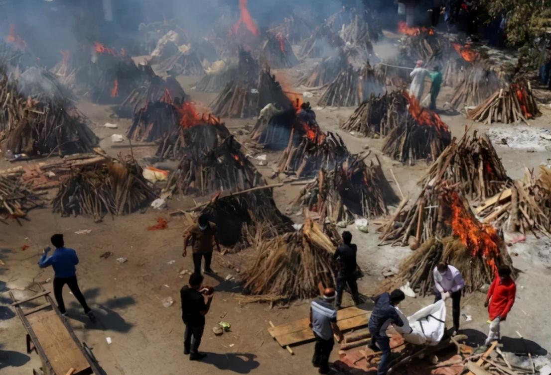絕望氣息彌漫,印度當街焚燒處理遺體,超級富豪8架私人飛機逃離印度-圖3