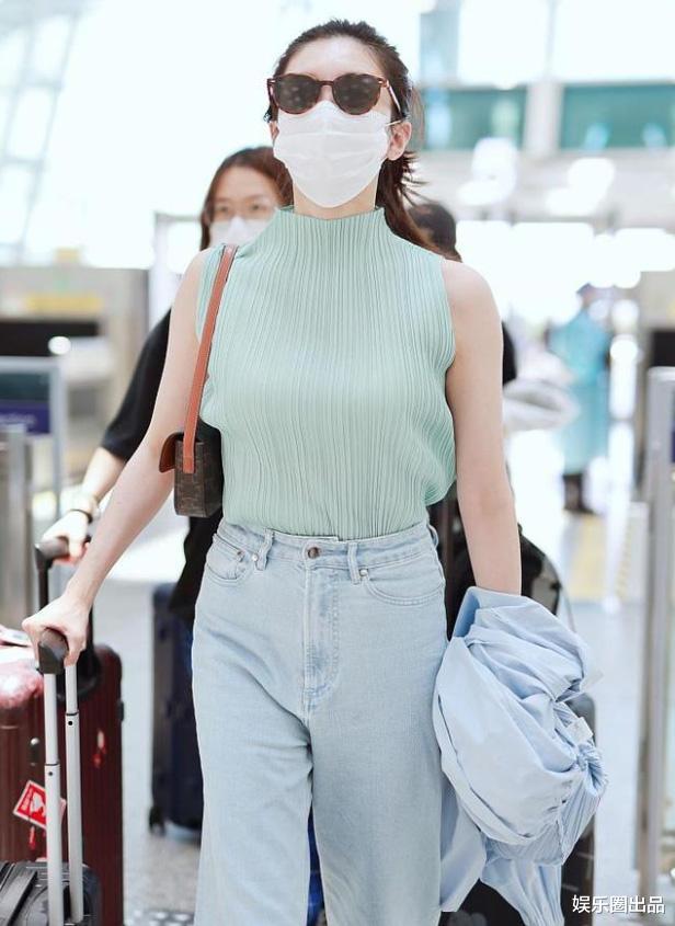 """34歲江疏影現身機場,穿無袖裝松松誇誇,被指""""像大媽""""-圖3"""