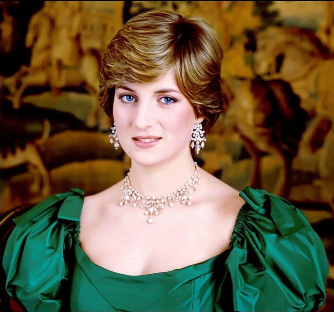 戴安娜結婚時戴娘傢王冠,凱特梅根問女王借,卡米拉二婚啥都沒有-圖3