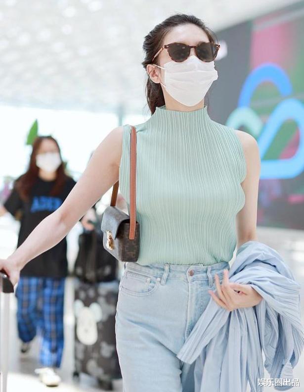 """34歲江疏影現身機場,穿無袖裝松松誇誇,被指""""像大媽""""-圖5"""